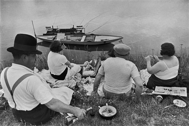 Henri-Cartier-Bresson-FRANCE.-Sunday-on-the-banks-of-the-River-Marne.-1938-©Henri-Cartier-BressonMagnum