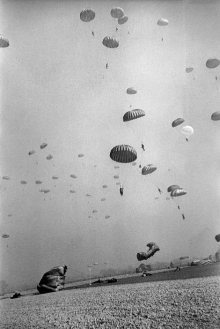 GERMANY.-Near-Wesel.-March-24th-1945.-American-paratroopers-landing-in-Germany.--441x660